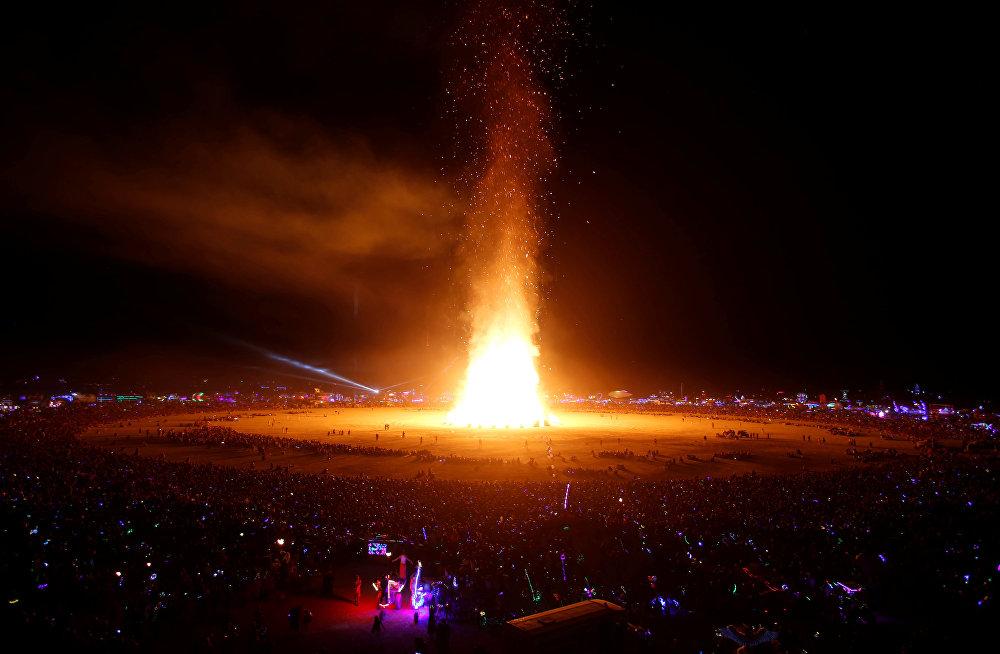 АКШнын Невада штатындагы Бэлк-Рок чөлүндө 5-сентябрда жыл сайын өтүүчү Burning Man фестивалы аяктады. Ага 70 миңдей киши катышкан