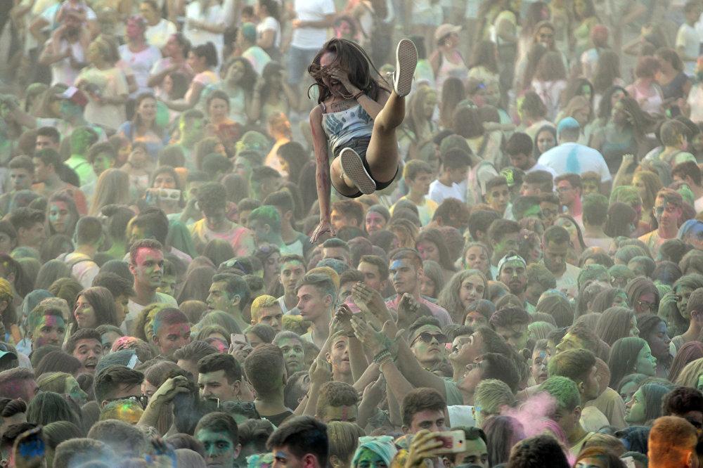 Грециянын Салоники шаарындагы Түстөр күнү фестивалынын катышуучулары