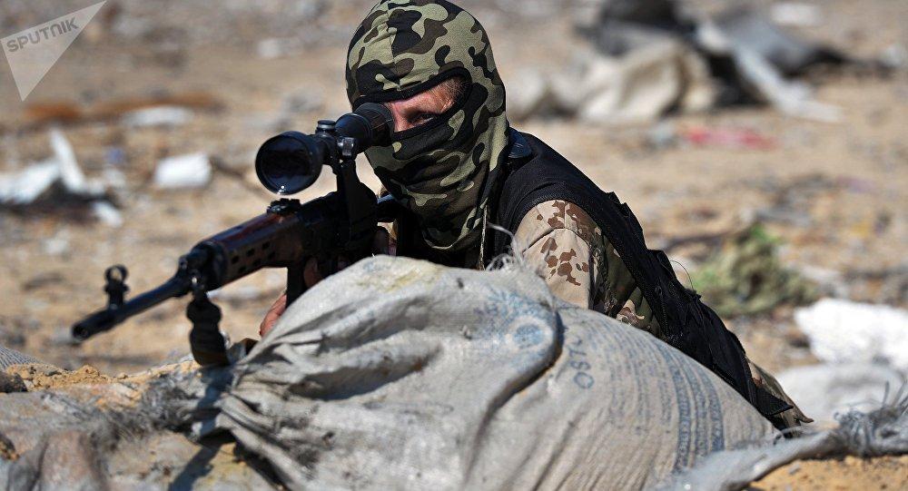 Женщина со снайперской винтовкой. Архивное фото