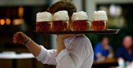 Официант подает пиво. Архивное фото