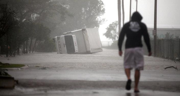 Перевернутый грузовик во время урагана Ирма в южной Флориде. Архивное фото