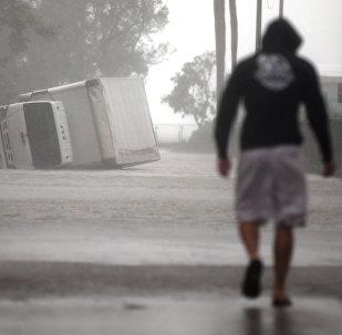 Перевернутый грузовик во время урагана Ирма в южной Флориде, в Майами. США, 10 сентября 2017 года