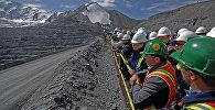Премьер-министр Кыргызской Республики Сапар Исаков в ходе ознакомления с деятельностью горнодобывающей компании Kumtor Gold Company. Архивное фото
