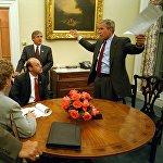 АКШ президенти Жорж Буш элге кайрылуу алдында Ак үйдөгү кызматкерлери менен жолукту