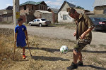 Самый дорогой футболист КР сыграл с одноногим мальчиком, взорвавшим Сеть