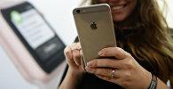 Девушка с телефоном iPhone. Архивное фото