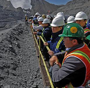 Премьер-министр Кыргызской Республики Сапар Исаков в ходе ознакомления с деятельностью горнодобывающей компании Kumtor Gold Company, осуществляющей добычу золота на месторождении Кумтор. Архивное фото