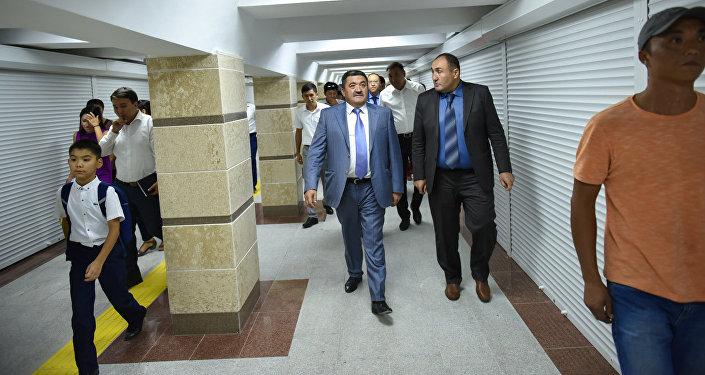 Мэр Бишкека Албек Ибраимов после капитального ремонта на подземном переходе на пересечении проспектов Чуй и Манаса. Архивное фото