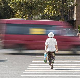 Женщина проходит через дорогу на зебре в Бишкеке. Архивное фото