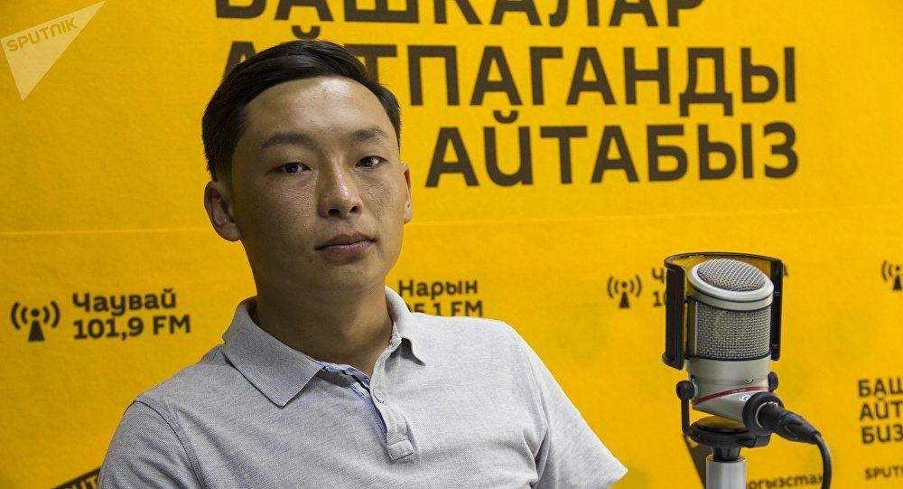 Кытайдын Сыямынь шаарында бизнес багыты боюнча билим алган Илимбек Курманбеков