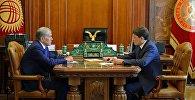 Президент Кыргызстана Алмазбек Атамбаев во время встречи с премьер-министром Сапаром Исаковым