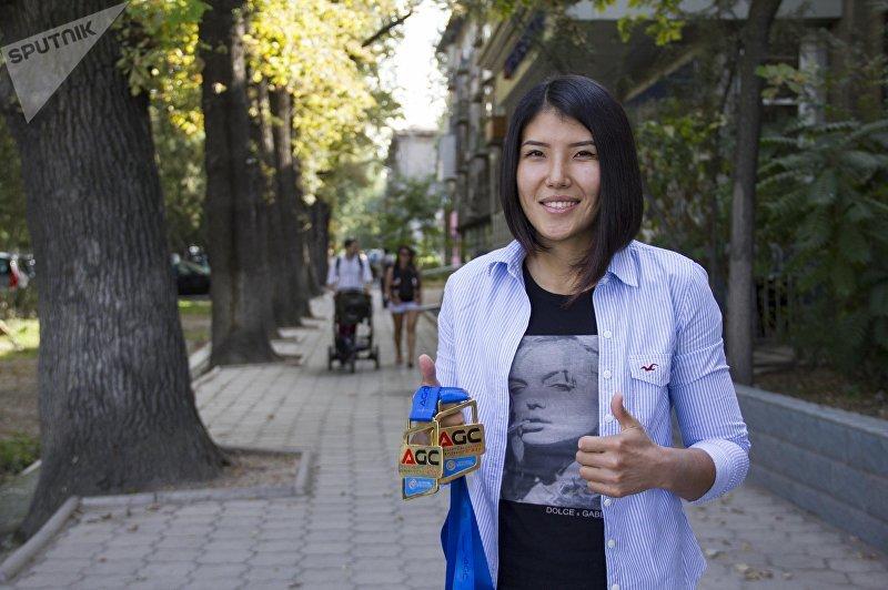 Боец смешанных единоборств Барчынай Узгенбаева во время фотосессии