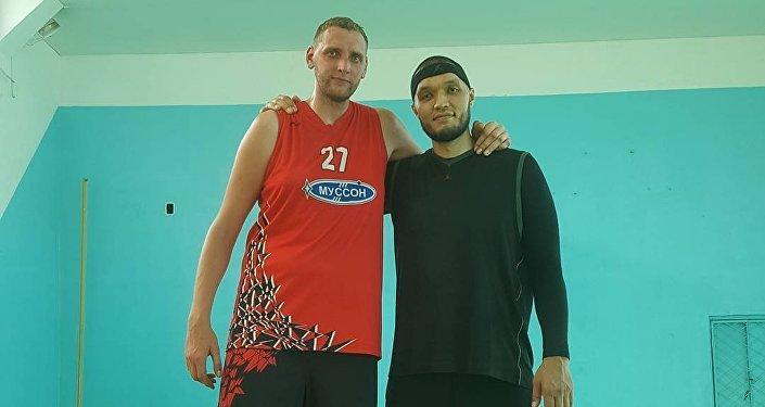 Участник команды Азия Mix Марат Джуманалиев и баскетболист Сергей Ильин
