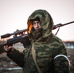 Ополченец Донецкой народной республики (ДНР) в поселке Логвиново на Донбассе. Архивное фото