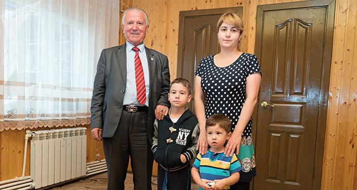 Жураевдердин үй-бүлөсү Россиядагы Александров шаарына жакын жердеги кыштакта жашашат.