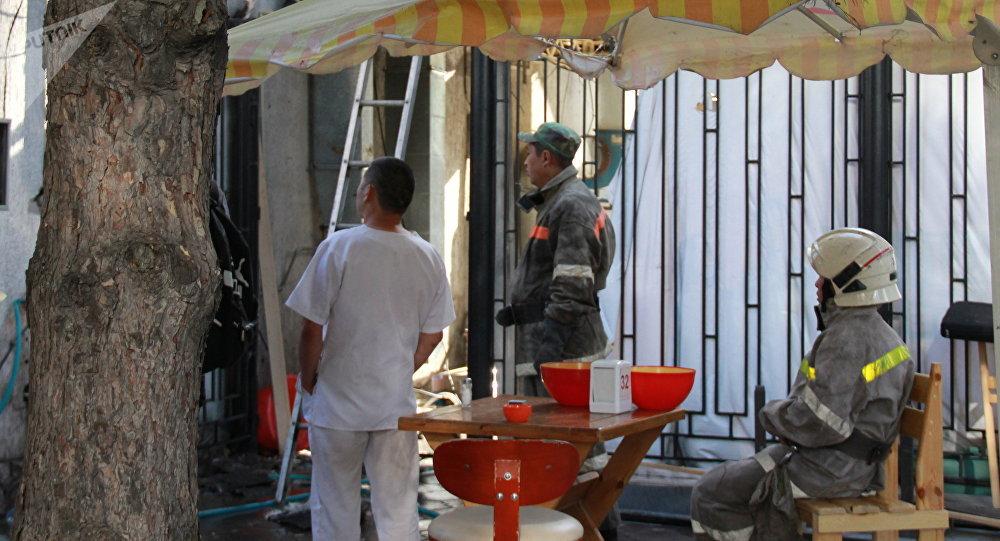 Бишкектеги Айчүрөк дүкөнүнүн жанындагы кафеден коюу кара түтүн чыгып жатканын Sputnik Кыргызстан агенттигине күбө билдирди