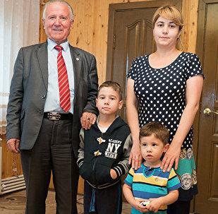 Уроженец Таджикистана Рахмон Джураев рассказал, что своих внуков назвал Путин и Шойгу