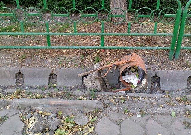 Сломанная мусорная урна на проспекте Чуй в Бишкеке