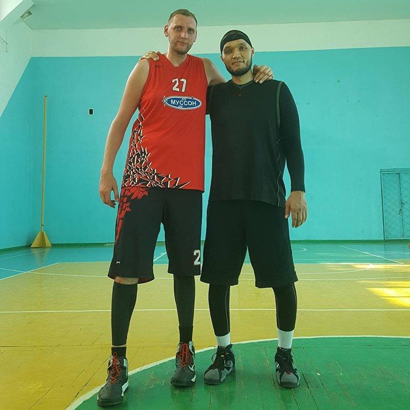 Участник команды Азия Mix, боксер Марат Джуманалиев и баскетболист Сергей Ильин