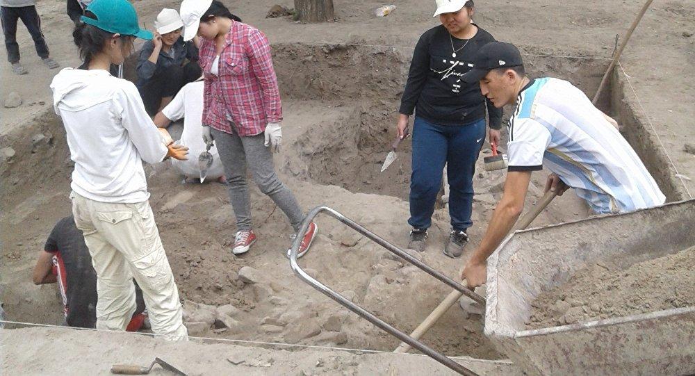 Раскопки на месте обнаружения подземного мавзолея XI века в Кочкорском районе Нарынской области