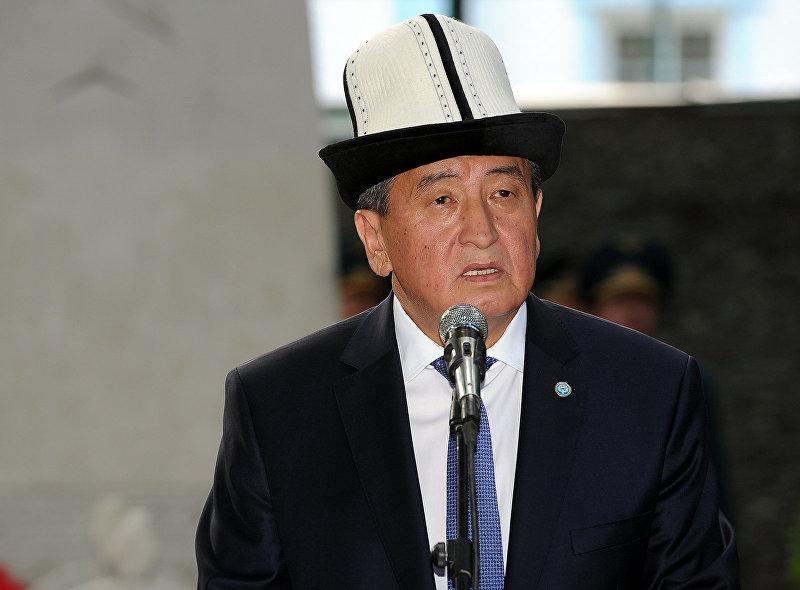 Премьер-министр Кыргызской Республики Сооронбай Жээнбеков на поминальном мероприятии по июньским событиям в 2010 году в Оше