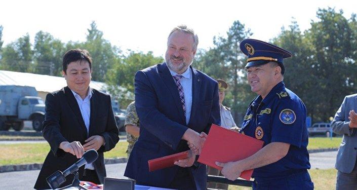 Официальная церемония прием-передачи гуманитарного груза от России