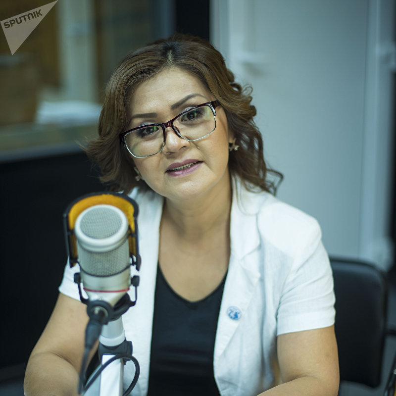 Заслуженные артистка Кыргызстана Асель Турдалиева во время интервью на радио Sputnik Кыргызстан
