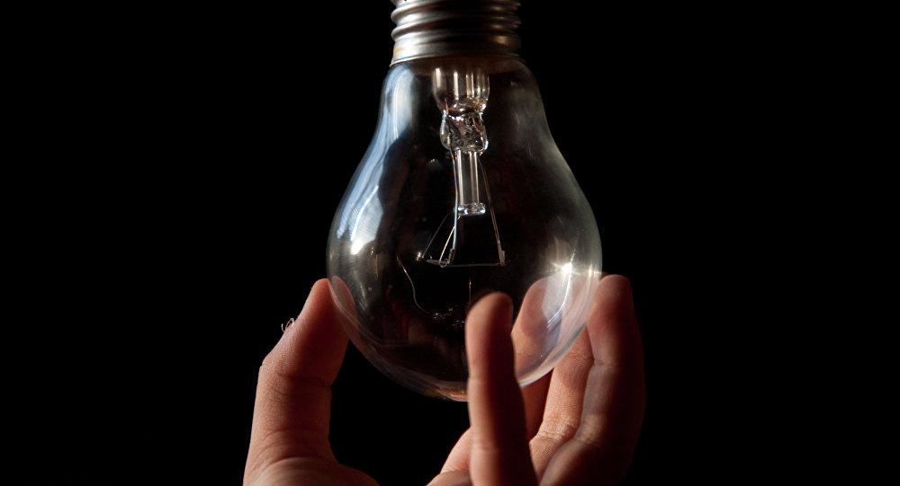 Мужчина держит лампочку. Архивное фото
