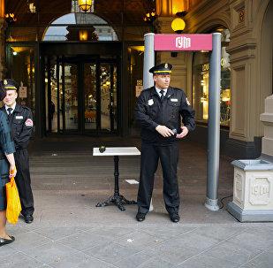 Москвадагы ГУМдун алдында турган полиция кызматкерлери