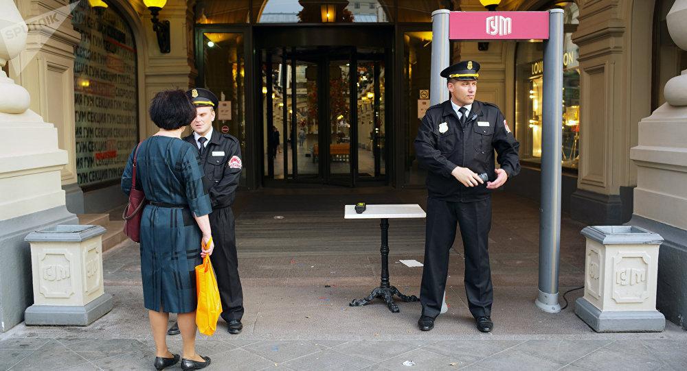Охранники у ГУМа в Москве. Оперативные службы проверяют поступившую информацию о минировании зданий и торговых центров Москвы.