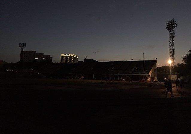 На главной спортивной арене имени Долена Омурзакова, проще говоря Спартаке вечером горит один единственный фонарь.