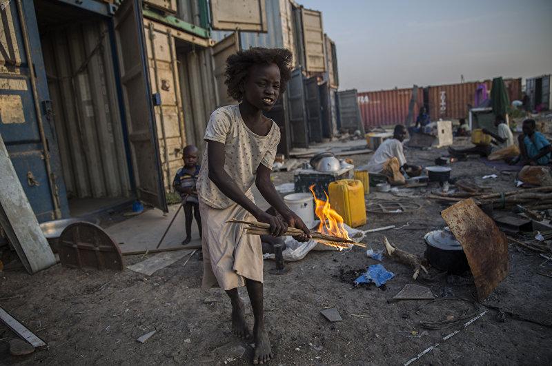 Перемещенные лица остаются в лагерях, где живут в плохих жизненных условиях. Южный Судан, ноябрь 2015