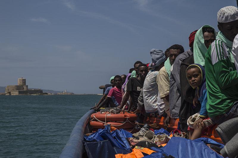 Dignity I, поисково-спасательная лодка Врачей Без Границ в Средиземном море, высадила 103 человека в Трапани (Trapani, Сицилия) 9 июля 2015 года