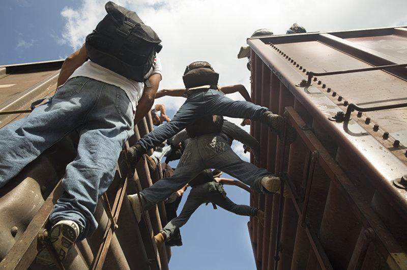 Иммигранты из Центральной Америки, которые едут на поезде в Мексике, часто бывают изнурены длительной дорогой и становятся жертвами насилия. ВБГ оказывает им помощь