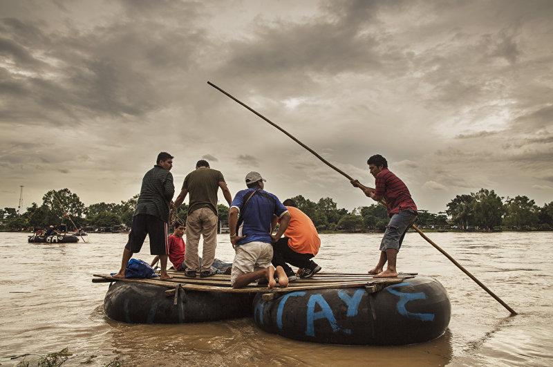 Река Сучьяте (Suchiate), на границе между Мексикой и Гватемалой. Иммигранты из Центральной Америки пересекают этот участок (El Paso del Coyote) на небольших лодках. Это начало их путешествия по Мексике