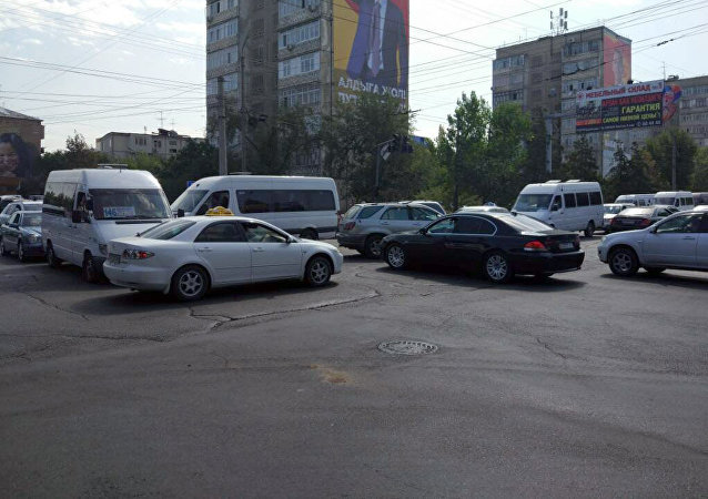 На Карла-Маркса Суеркулова не работает светофор. Водители едут, как попало, все нарушают подрезают.