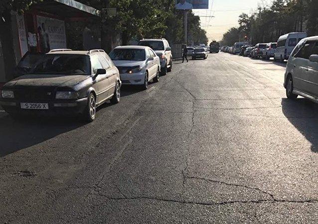 Из-за припаркованных на остановке автомобилей по улице Абдырахманова люди не могут попасть в общественный транспорт