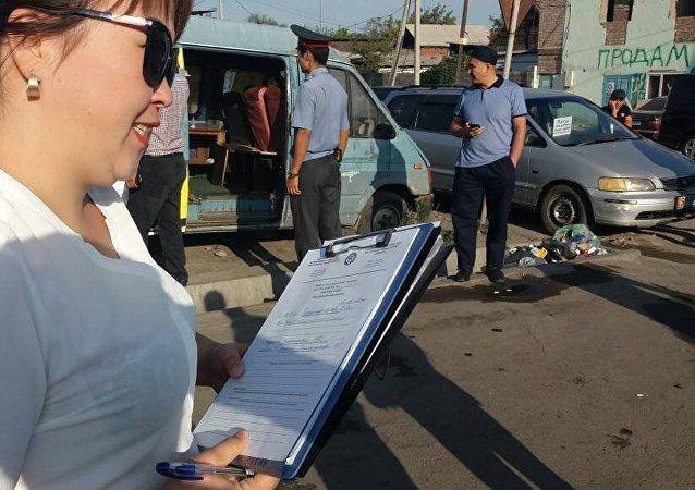 В квадрате улиц Рыскулова—Бейшеналиева—Московская—Павлова у торговцев проверили налоговые документы по оплате отчислений.