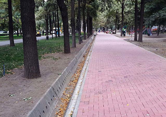 Открыли ту часть бульвара Эркиндик, на которой уложили красную брусчатку.