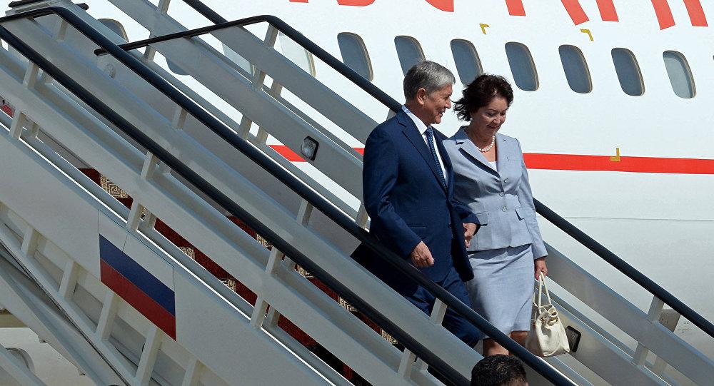Президент Кыргызстана Алмазбек Атамбаев вместе с первой леди Раисой Атамбаевой прибывают в Сочи (Россия) с рабочим визитом