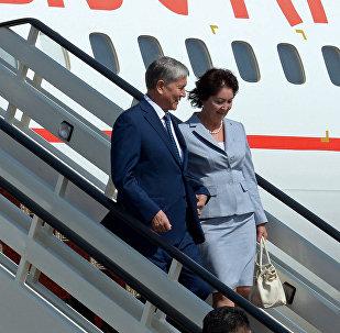 Президент Алмазбек Атамбаев иш сапары менен Россиянын Сочи шаарына келгенин өлкө башчынын маалымат кызматы билдирди