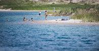 Отдыхающие на берегу озера Иссык-Куль. Архивное фото