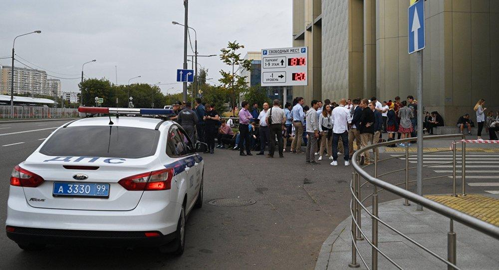 Горожане у торгового центра Метрополис в Москве. Оперативные службы проверяют поступившую информацию о минировании зданий и торговых центров Москвы.