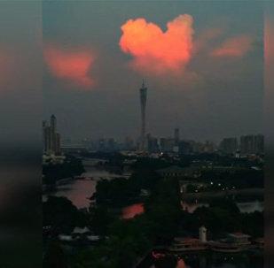 В небе над Китаем появилось розовое сердце из облаков