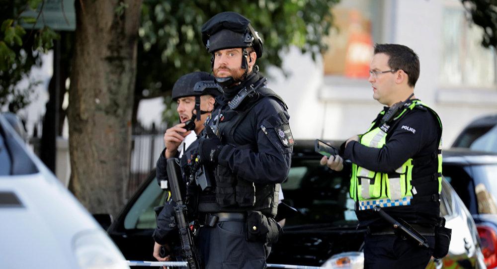 Вооруженные полицейские стоят у кордона за пределами станции метро Parsons Green в Лондоне. Великобритания, 15 сентября 2017 года