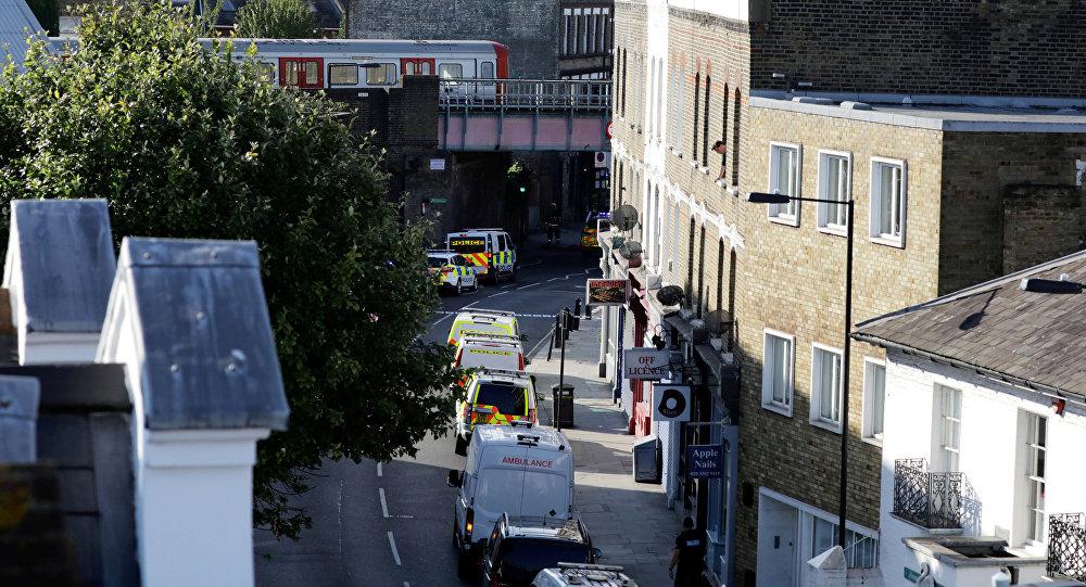 Полицейские машины выходят на улицу возле станции метро Parsons Green в Лондоне.