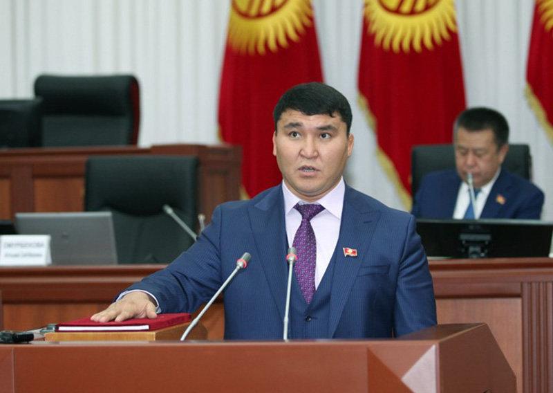Новый депутат Жогорку Кенеша Кыргызской Республики по списку политической партии Бир Бол Торокулов Дуйшон принес присягу вместо выбывшего парламентария на заседании Жогорку Кенеша.