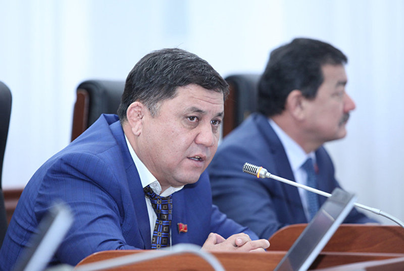 Депутат от фракции СДПК Максатбек Эгембердиев во время заседания ЖК