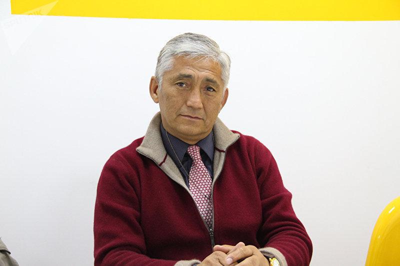 Руководитель фонда имени Суймонкула Чокморова Сагынбек Абдрахманов во время интервью