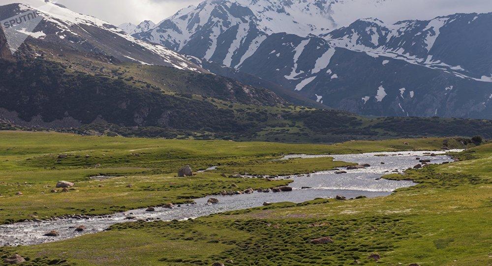 Вид на реку и горы в Таласской области. Архивное фото